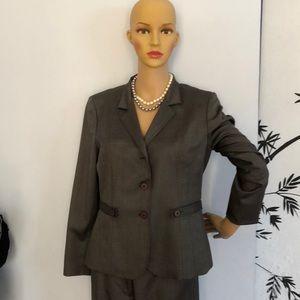 Elegant Albert Nippon business suit. Size 6.